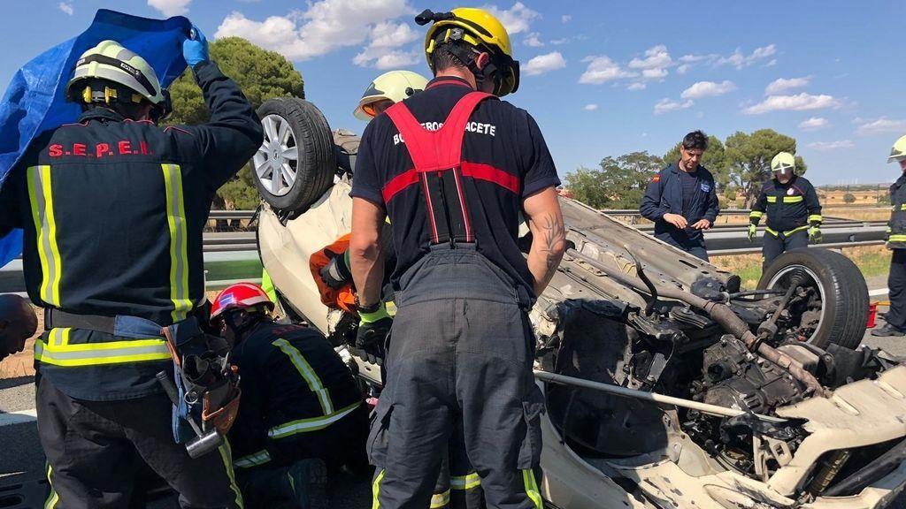 EuropaPress_2323575_Bomberos_del_SEPEI_de_Albacete_trabajan_en_un_accidente_de_tráfico_en_la_A-31_en_Hoya_Gonzalo