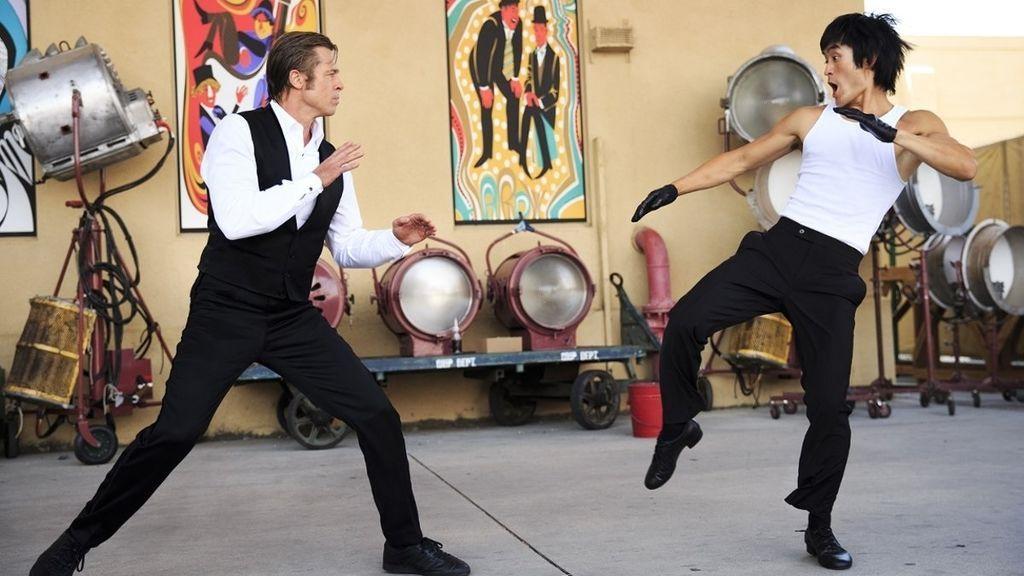 EuropaPress_2320723_Imagen_de_Brad_Pitt_como_Cliff_y_Mike_Moh_como_Bruce_Lee_en_Érase_una_vez__En_Hollywood_la_nueva_película_de_Quentin_Tarantino