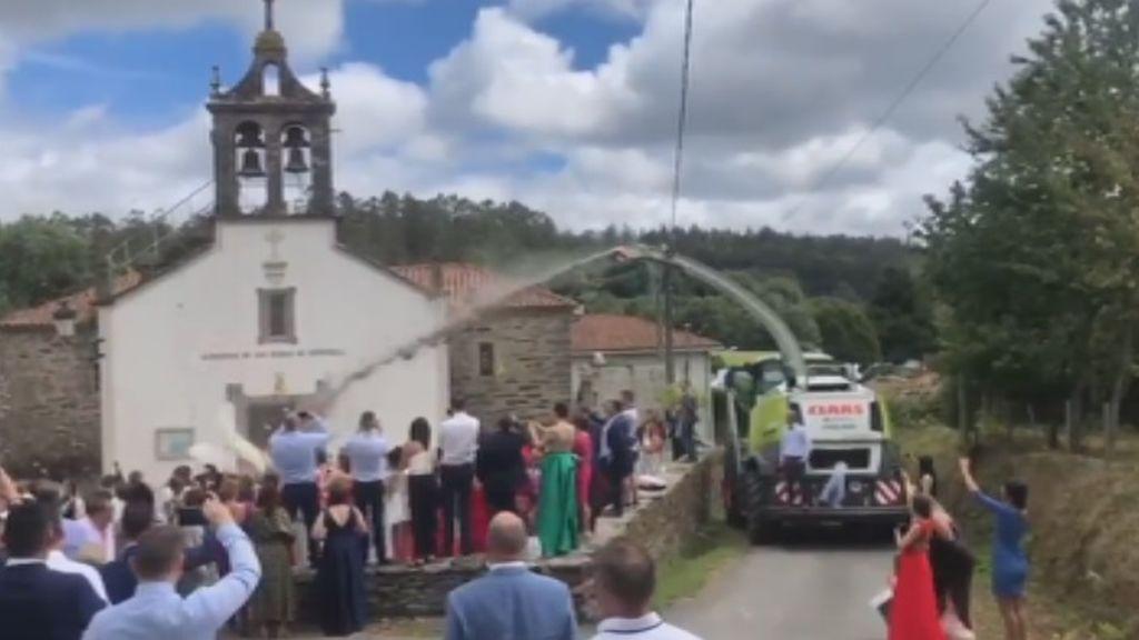 Una 'agroboda' de Galicia se vuelve viral por la curiosa salida de los novios de la iglesia