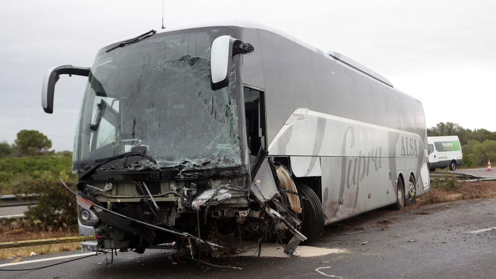 Muere un hombre en un choque frontal entre un coche y un autobús en la AP-7