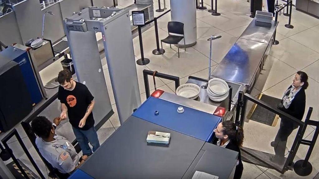 Imagen del momento en el que la trabajadora le da la nota al pasajero