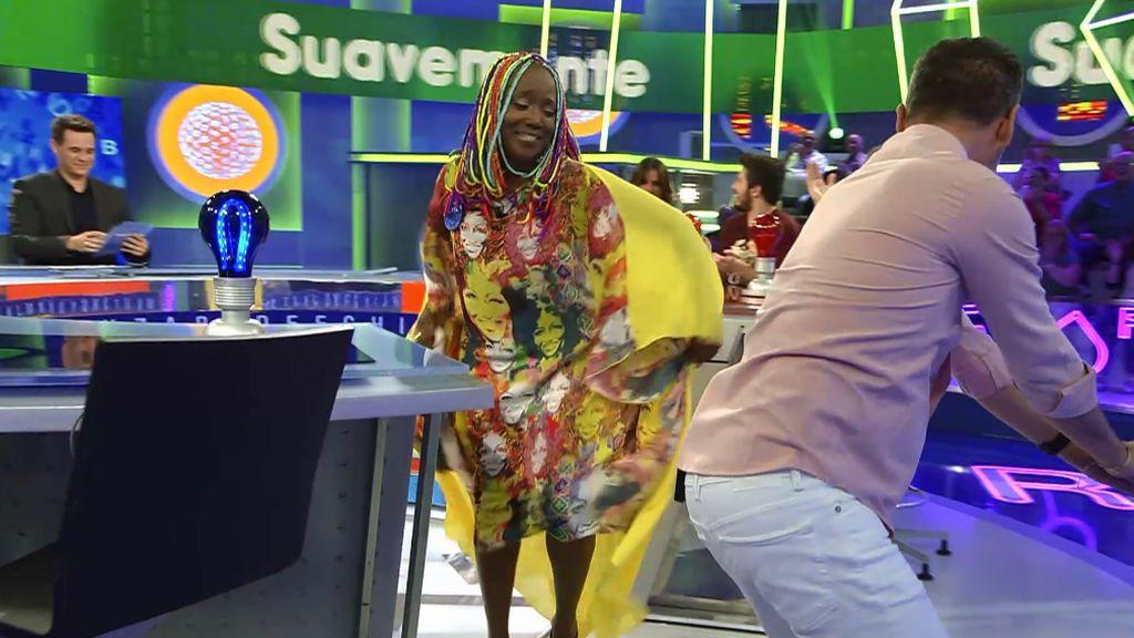 Jorge Lucas se viene arriba en la pista musical bailando 'twerking' y salsa con Lucrecia
