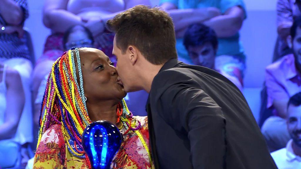 Lucrecia consigue el beso de Christian Gálvez tras cantarle 'Bésame mucho'