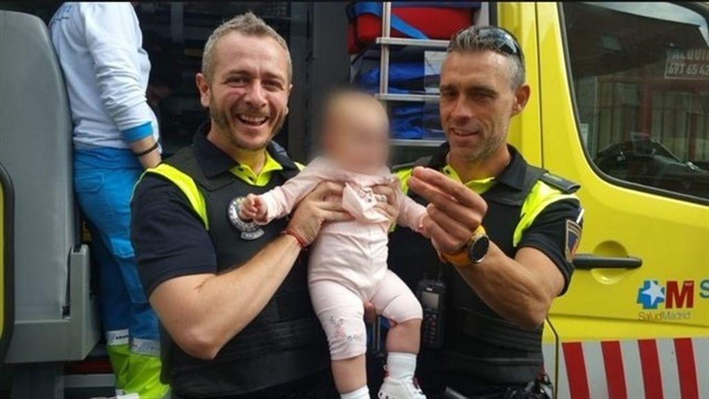 Policías locales de Alcalá salvan la vida a un bebé que se asfixiaba tras tragarse un plástico
