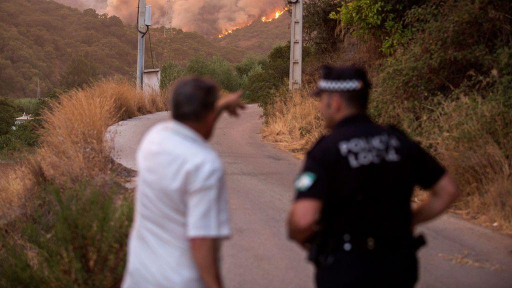 Tratan de perimetrar el incendio de Estepona mientras los primeros vecinos vuelven a sus casas