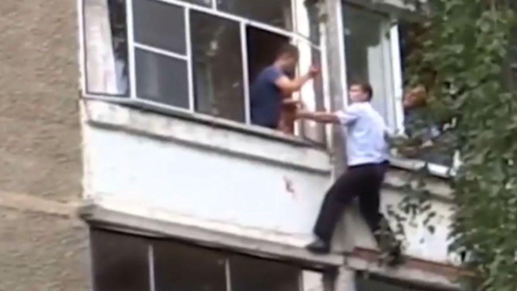 Un policía ruso arriesga su vida para evitar que un padre lance a su bebé al vacío