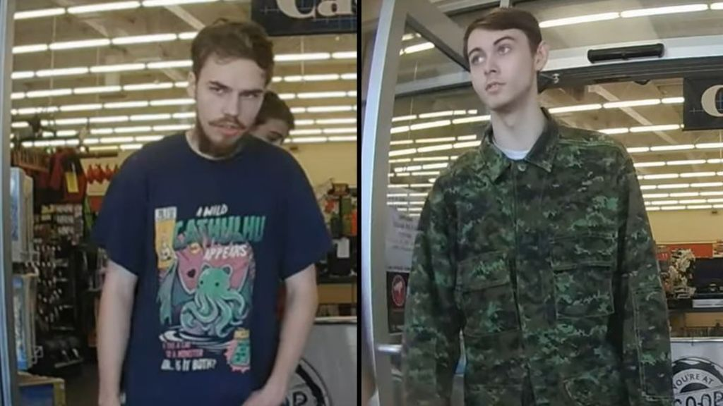 Kam McLeof (izquierda) and Bryer Schmegelsky (derecha) saliendo de una tienda el 21 de julio