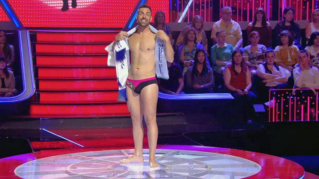 Alberto se quita la ropa para desfilar delante de las madres y mostrar sus cualidades como modelo