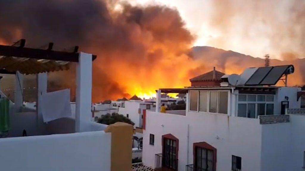 Un voraz incendio en Marbella obliga a desalojar decenas de viviendas