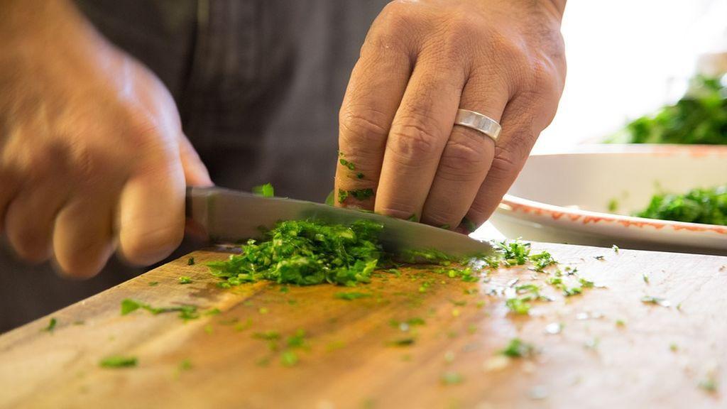 Seis métodos para limpiar las tablas de cortar alimentos y que no tengan 200 veces más bacterias que un inodoro