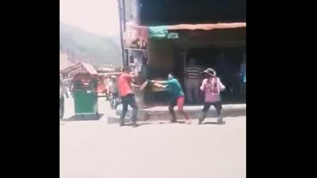 Pelea mortal por celos: dos hombres se acuchillan en plena calle en Colombia