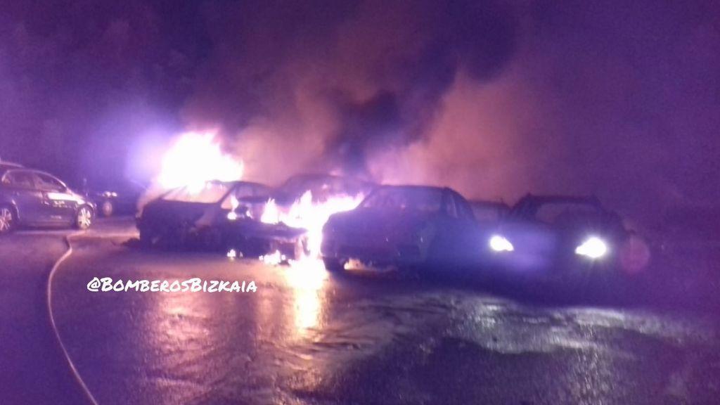 Calcinados 21 coches y ocho afectados en un incendio en una empresa de alquiler de vehículos en Zamudio
