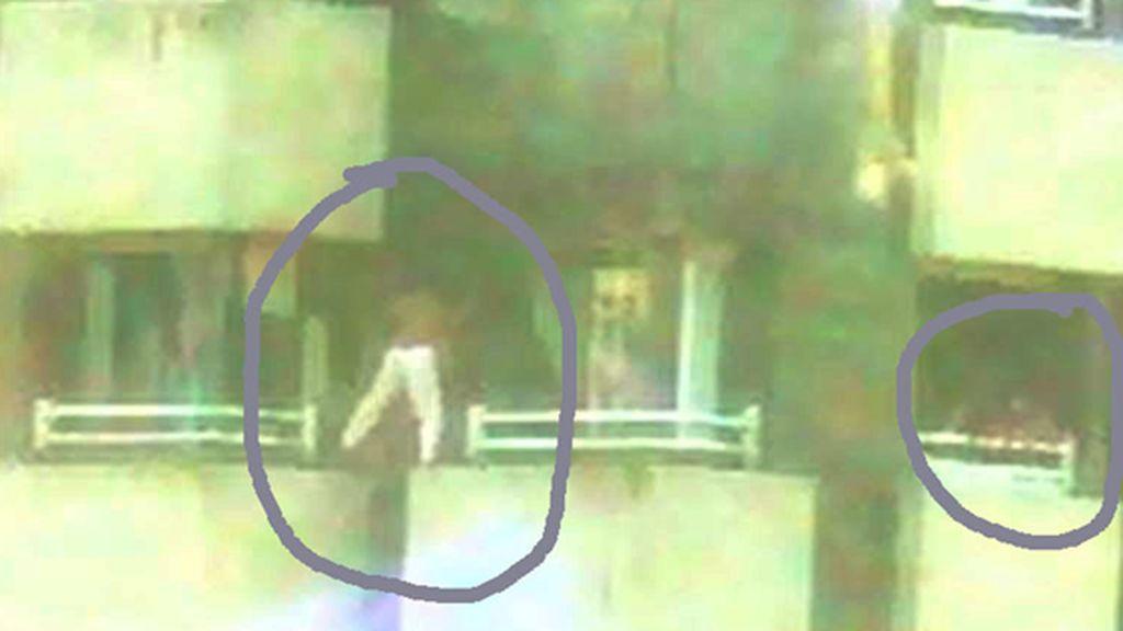 Sorprenden solos en casa a tres niños cuando jugaban a saltar de una ventana a otra en un noveno piso en Gijón