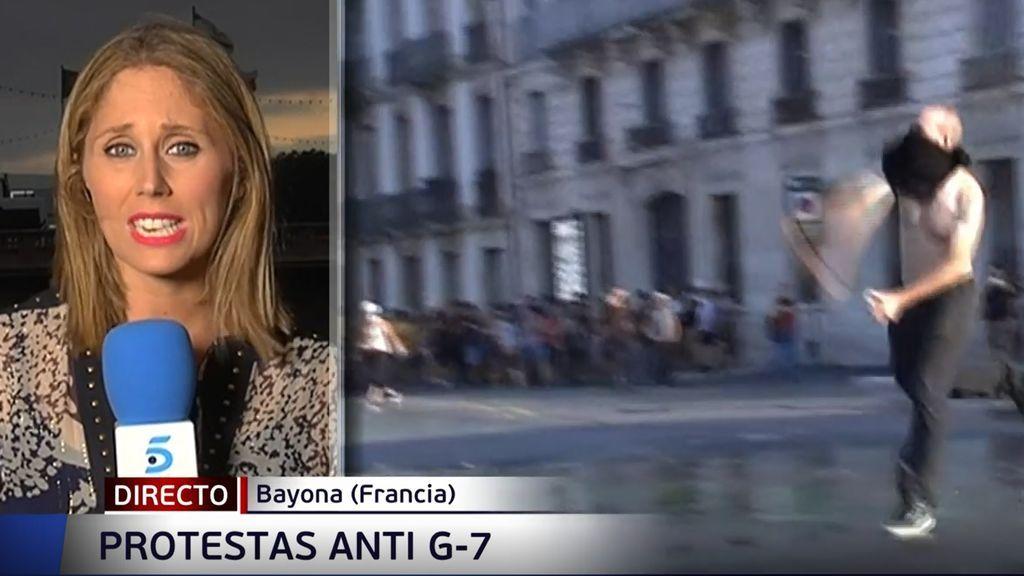 La Policía francesa intenta disolver con camiones de agua una manifestación no autorizada contra el G7 en Baiona