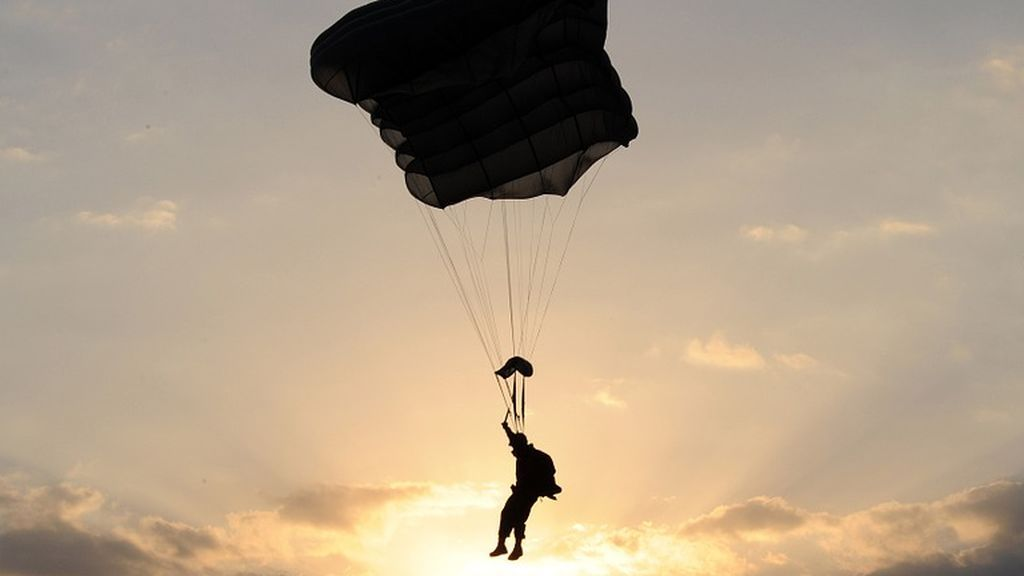 Un instructor se vuelve viral tras salvar su vida 'in extremis' cuando le falló el paracaídas