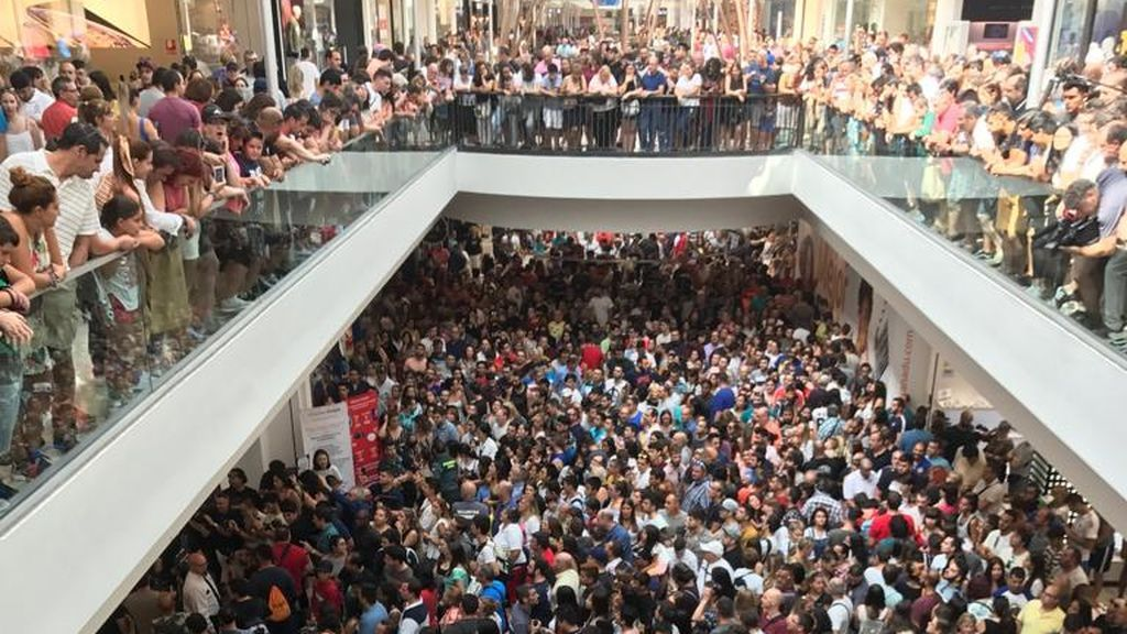 La tienda de Aliexpress en Madrid, éxito total: cientos de personas colapsan el Xanadú en su inauguración
