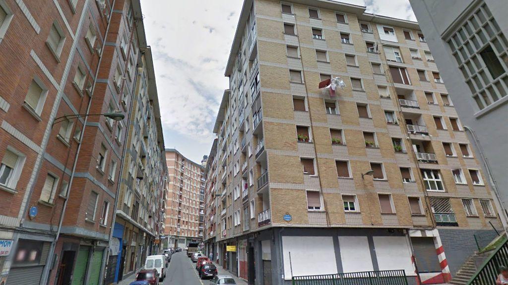 Muere un joven de 25 años cuando intentaba pasar de una ventana a otra desde un quinto piso en Bilbao
