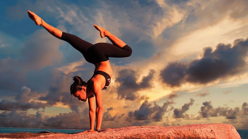 Yoga hasta la muerte: una infuencer cae por un balcón mientras mantenía una postura extrema