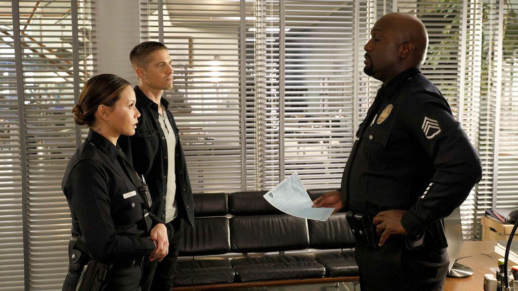 Los novatos se convierten en sospechosos de un robo en la comisaría, en 'The Rookie'