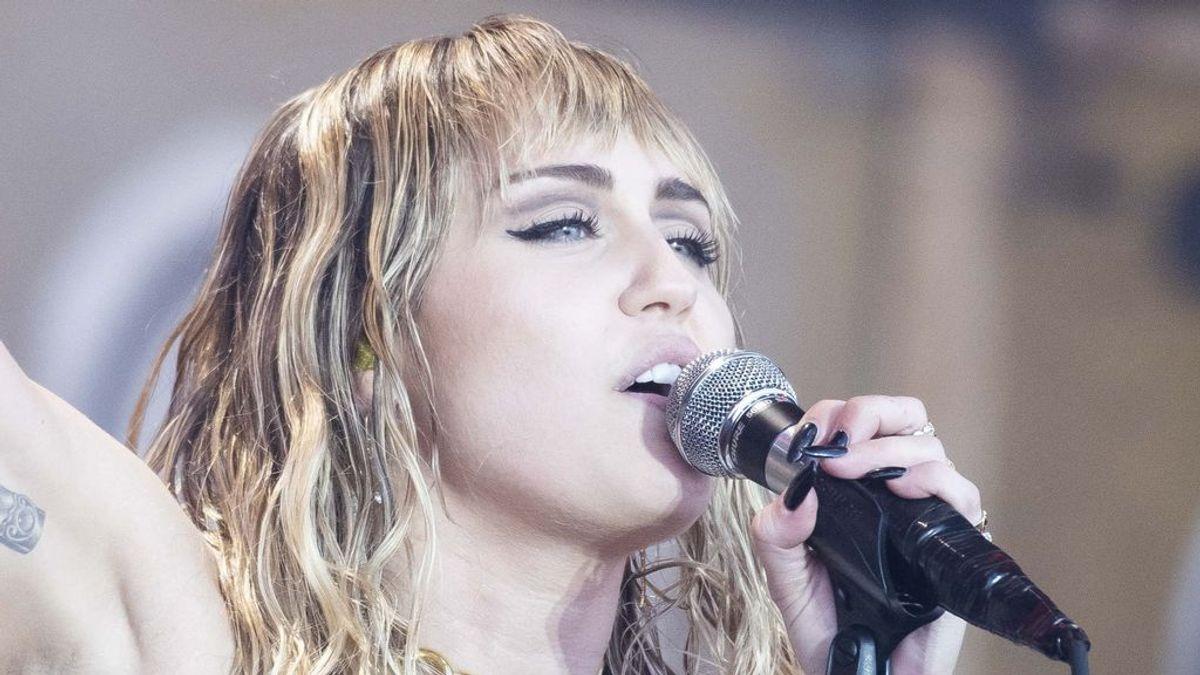 Con cambio de letra y luciendo un nuevo tatuaje: el regreso de Miley Cyrus a los escenarios tras su separación de Liam Hemsworth