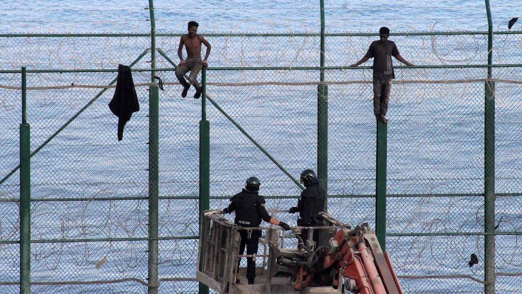 Un total de 153 migrantes entran en Ceuta saltando su doble valla