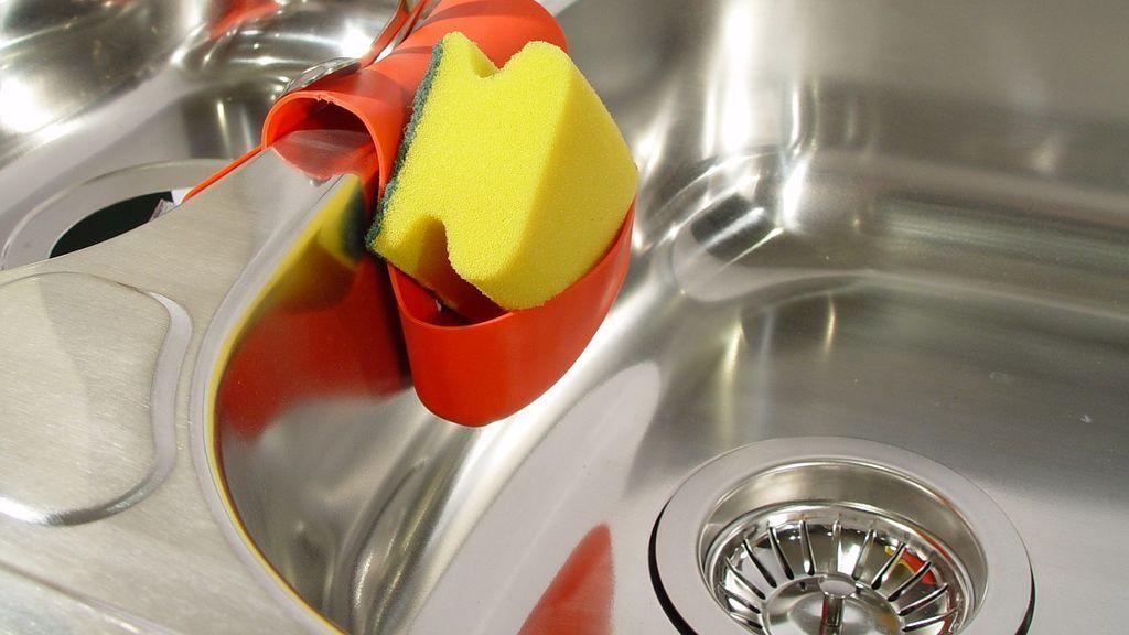 Los estropajos y bayetas están llenos de bacterias: aprende a desinfectarlos de manera sencilla