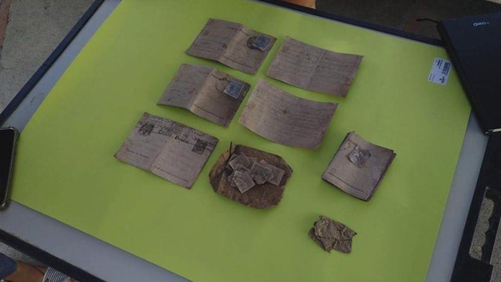 Localizan al hijo y al nieto de un fusilado por el franquismo gracias a unas postales halladas entre sus restos