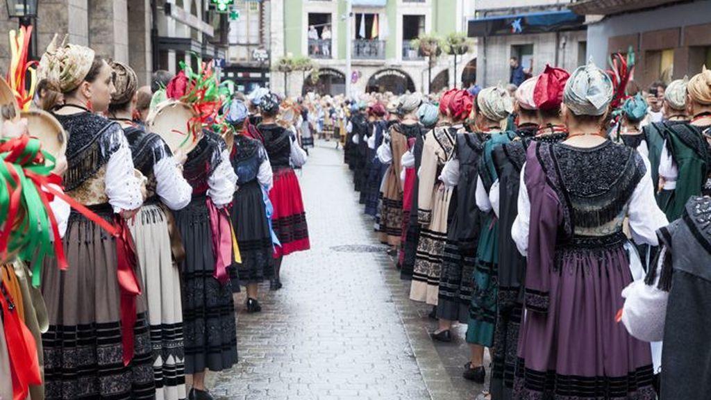Atención a estas normas de vestimenta y comportamiento si quieres participar en las fiestas de Llanes, Asturias
