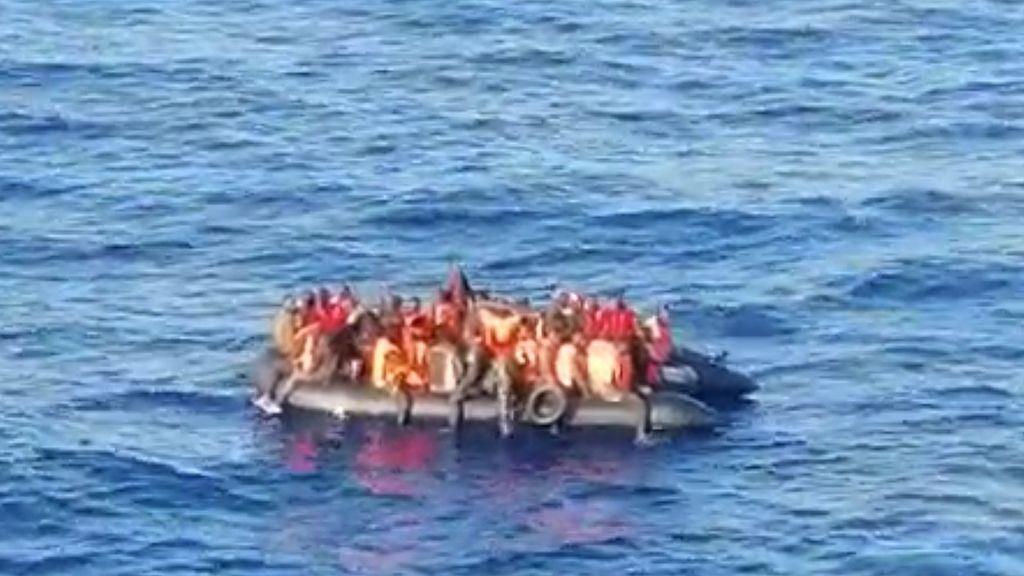 Un barco con trayecto Málaga-Melilla se encuentra una patera y la custodia hasta su rescate