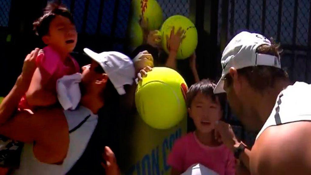 Rafa Nadal consuela a un niño que lloraba al encontrarse atrapado entre los aficionados