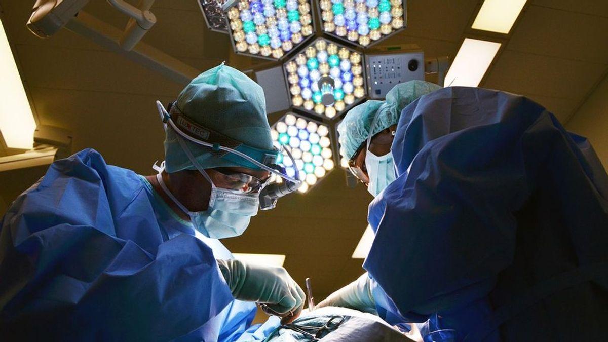 'Cazan' a un cirujano durmiendo sentado en el suelo de un hospital antes de hacer tres operaciones
