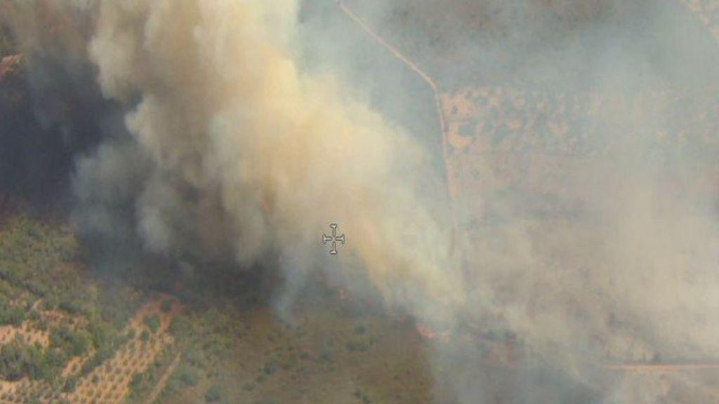 Más de 70 efectivos trabajan en un incendio en Alcuéscar que ha obligado a desalojar viviendas aisladas