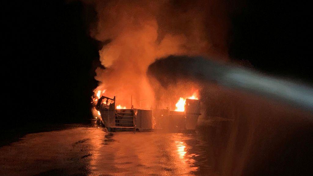 Buscan a más de una treintena de desaparecidos tras el voraz incendio de una embarcación en California