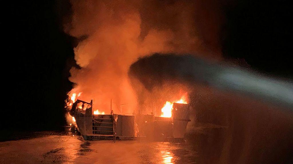 Más de 30 personas sin localizar tras el incendio de un barco en California