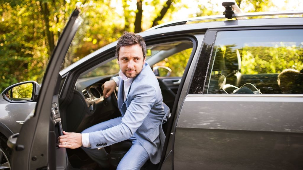 ¿Qué es la electricidad estática en el coche y cómo evitar que nos dé una descarga?