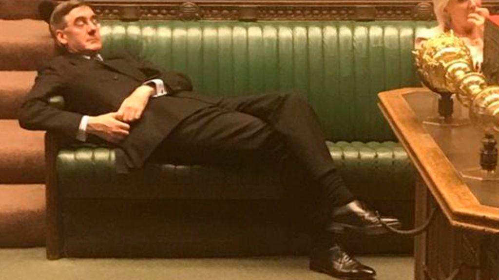 Rees-Mogg tumbado