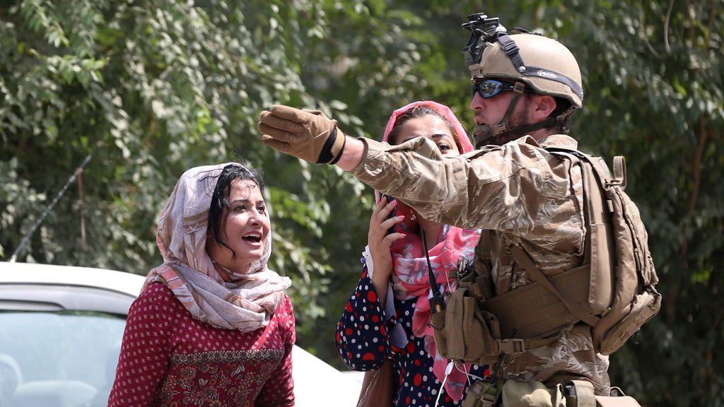 Dos mujeres preguntan desesperadas a un oficial militar tras el ataque suicida en Kabul