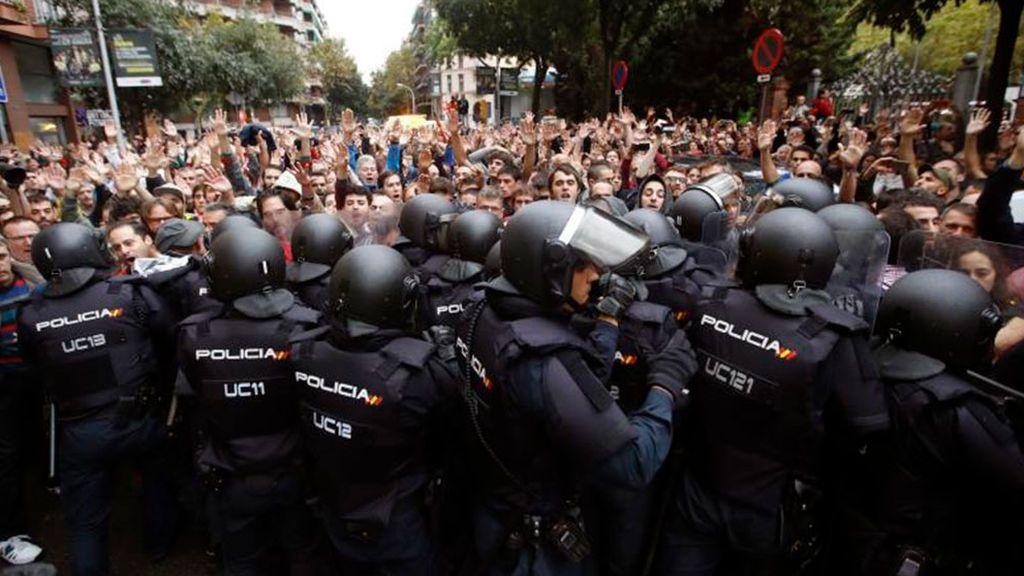 Un juez imputa a ocho mandos policiales por las cargas del 1-O en Barcelona