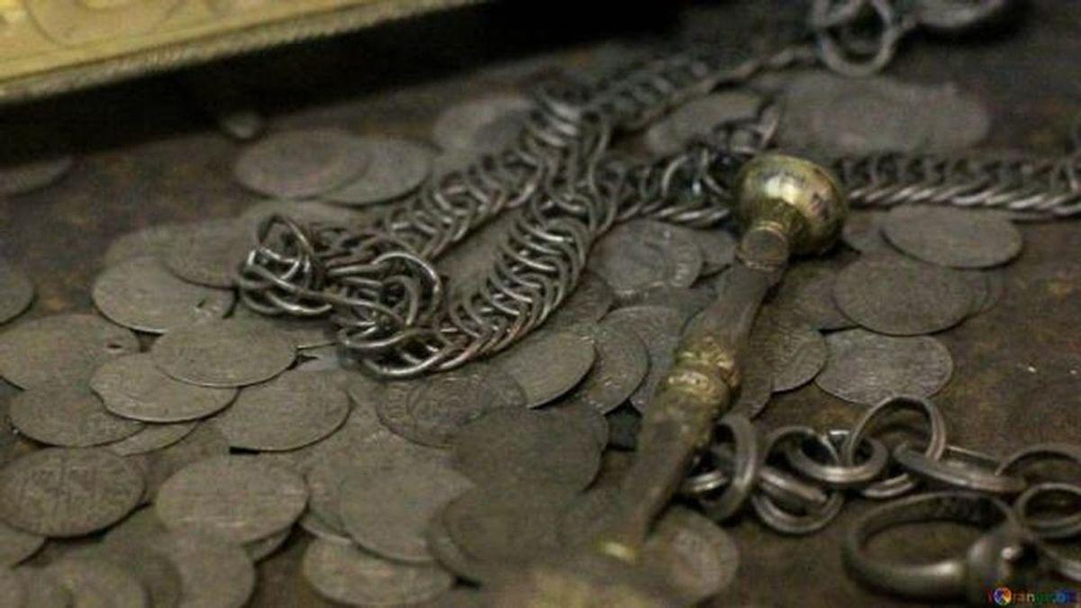 Una pareja encuentra un pozo secreto repleto de tesoros en su nueva casa