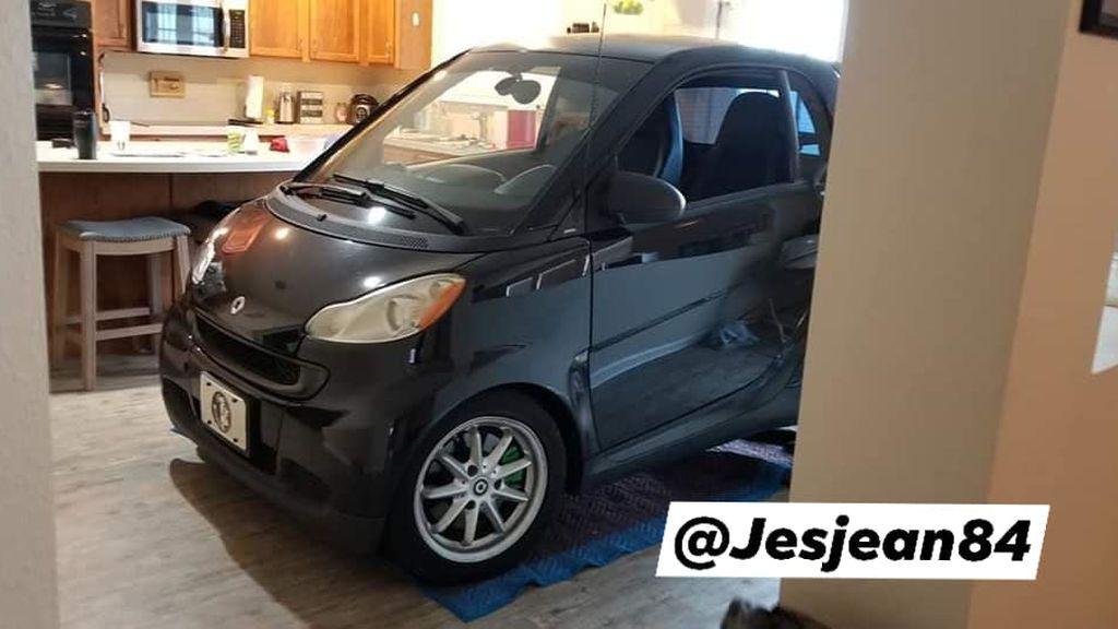 La solución contra el huracán Dorián viral en La Red: un hombre aparca su coche en la cocina para que no se vuele