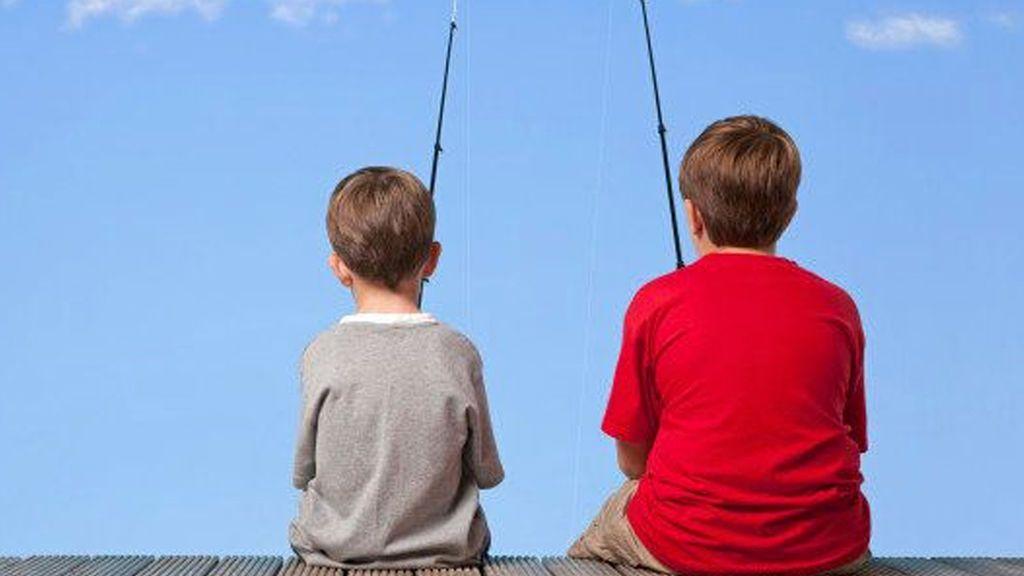 Los niños que tienen un hermano mayor tardan más en aprender a hablar, según un estudio