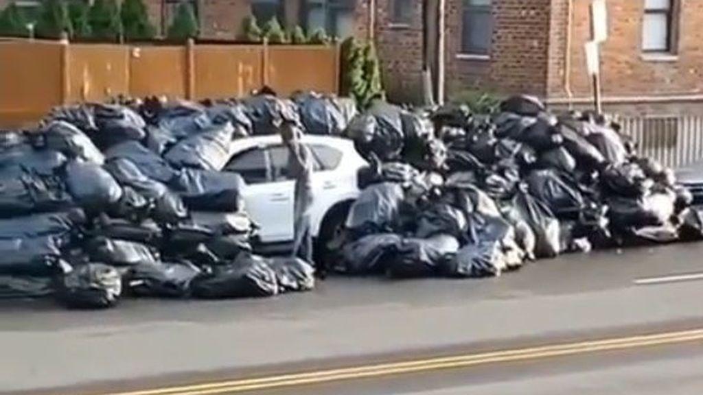 Castigo ejemplar por aparcamiento indebido: le cubren el coche de basura