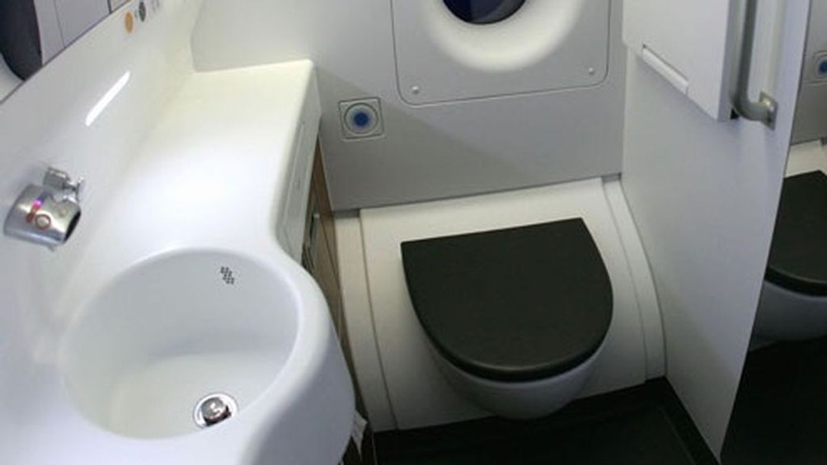Si viajas en avión, mejor no bebas agua y toma estas 3 precauciones