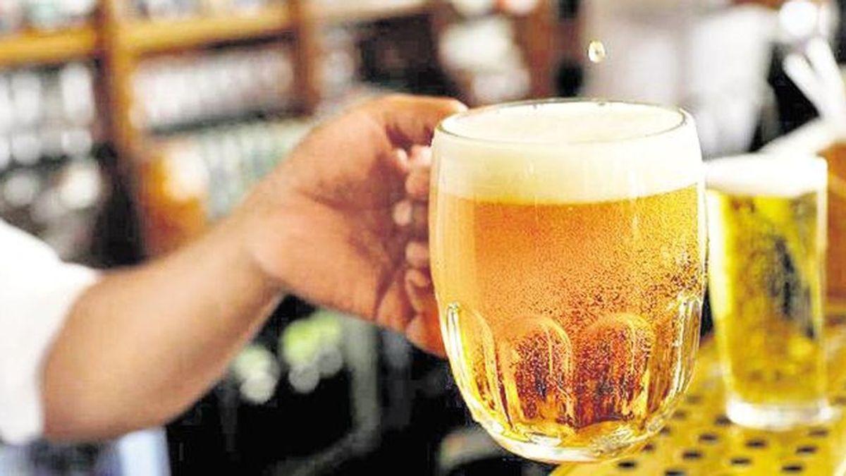 Le dan el susto de su vida en un bar: pide una cerveza y le cobran 68.000 dólares