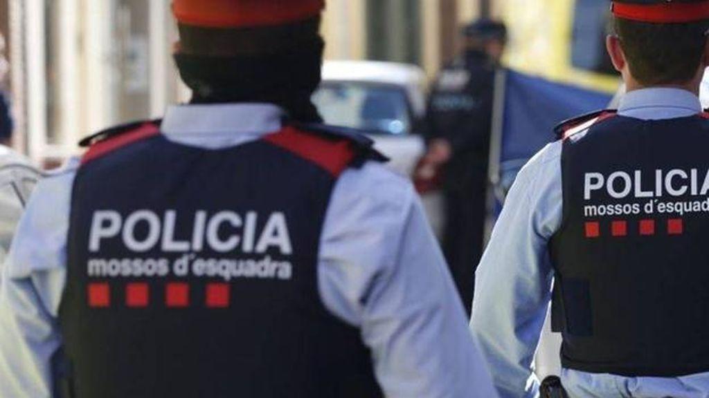 Viola y roba a una menor a punta de navaja en un parque de Barcelona