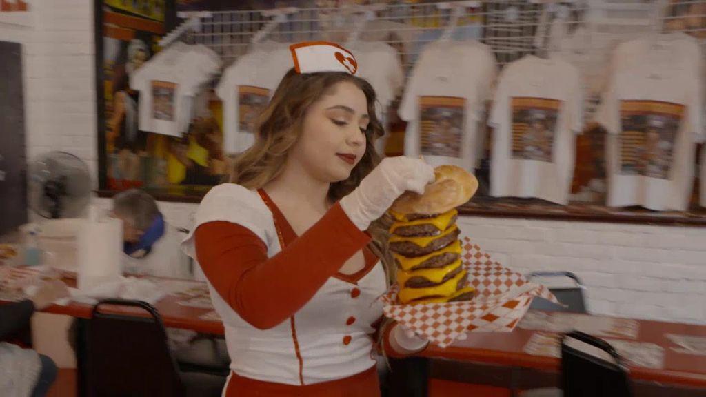 El gran reto de Las Vegas: si no te acabas esta hamburguesa de ocho pisos y 20.000 calorías recibirás unos azotes