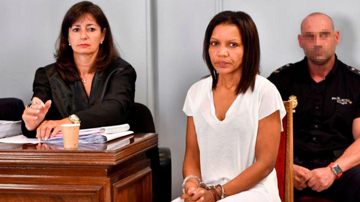 Ana Julia Quezada sentada y esposada este lunes en la primera sesión del juicio.