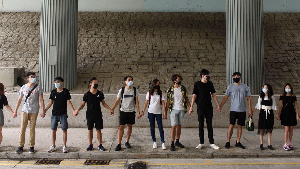 Cientos de estudiantes forman cadenas humanas en Hong Kong para apoyar a los manifestantes