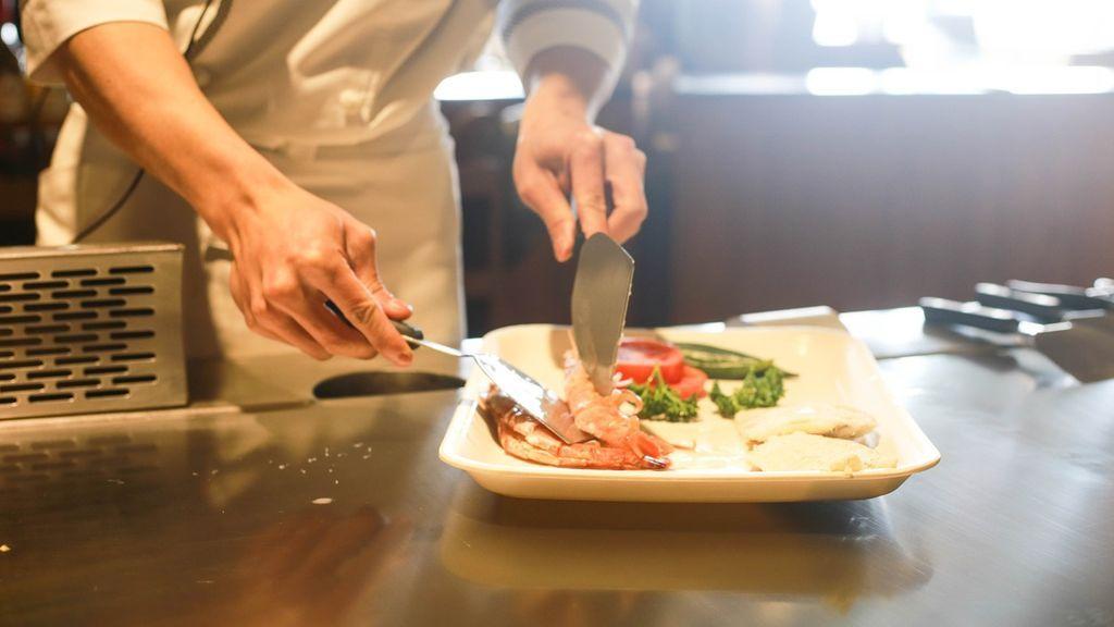 """Un científico sueco propone comer carne humana para salvar el planeta: """"Hay muchos tabúes"""""""