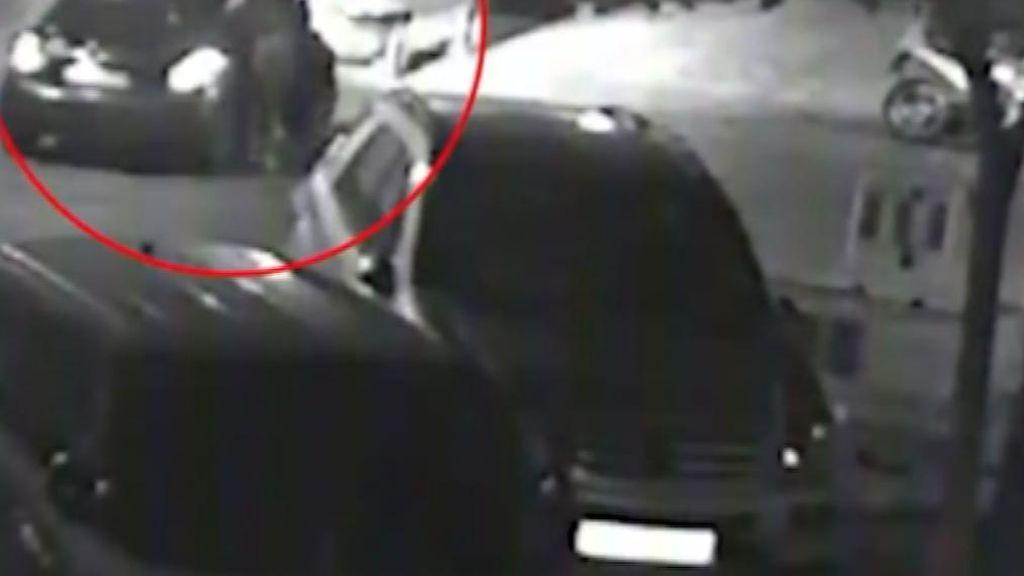 Una cámara de seguridad graba el intento de secuestro de una joven en Sevilla